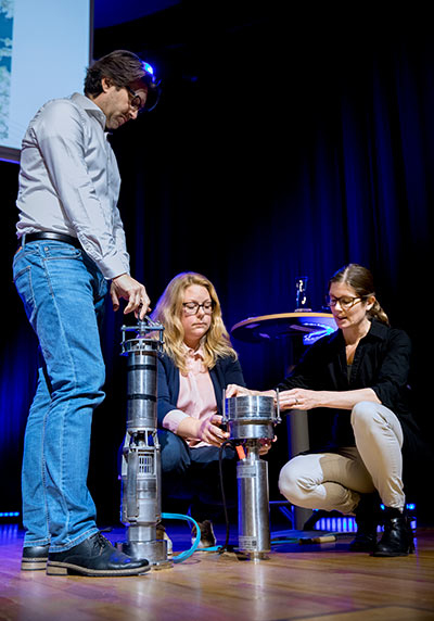 Steffen Keiter, Anna Kärrman and Anna Rotander demonstrate how the pump filtering water works.