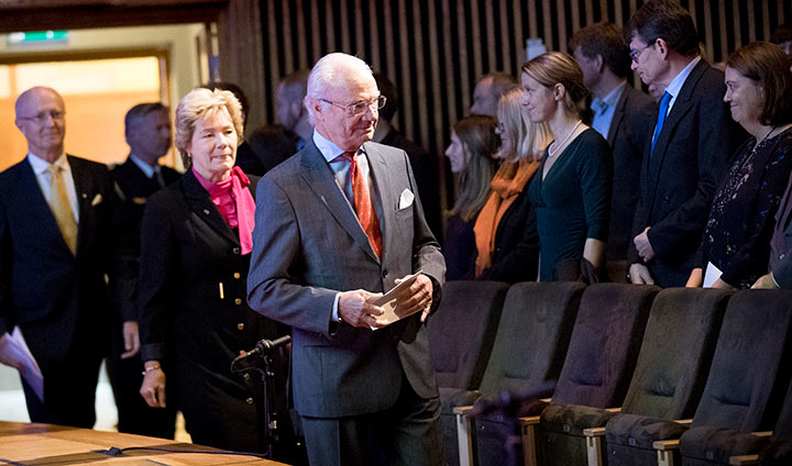 King Carl XVI Gustaf enters the lecture hall, followed by County Governor Maria Larsson and Vice-Chancellor Johan Schnürer.