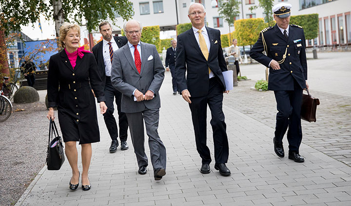 Together with Maria Larsson and Johan Schnürer, the King walked the short distance from Entréhuset to the School of Music, where the lecture was given in the Concert Hall.