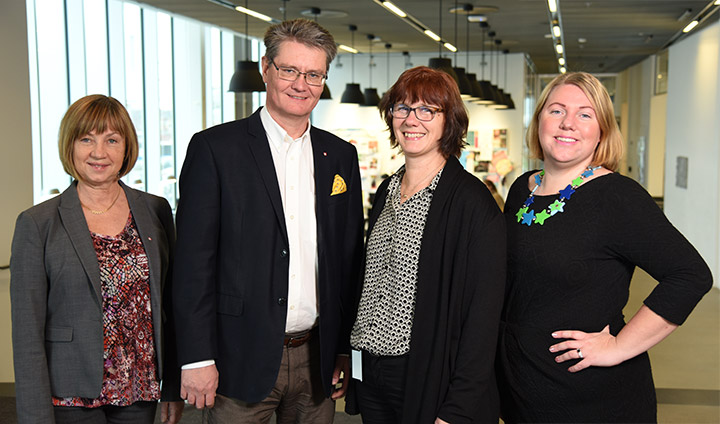 Gun Abrahamsson, Sven Helin, Pia Bro-Nygårdhs and Ida Andersson-Norrie are standing in front of a cafeteria at Örebro University. They all look happy.