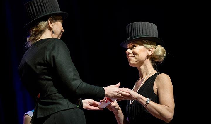 Anna Dubergs avhandling om dans som behandling för flickor har rönt stor  uppmärksamhet. På lördagens stod hon själv i rampljuset när hon  promoverades av ... e1211b5a97da7