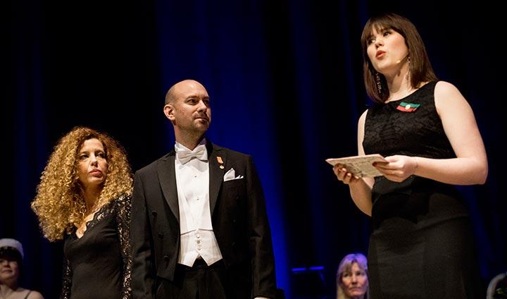 Senem Eken och Henric Bagerius fick ta emot det pedagogiska priset av  studentkårens Matilda Lundström. cb431e7446e02
